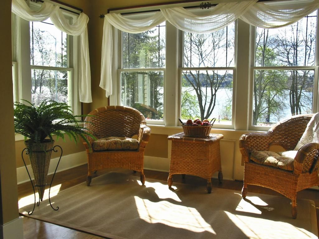 Sunroom decorating ideas for window treatments for Decorating a sun room