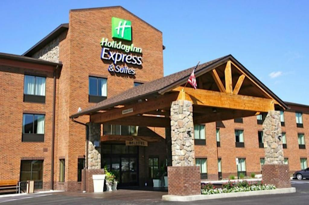 Holiday Inn Express Suites Donegal Hunting Lodge Decor Hotel