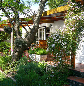INVERGARA LODGE, Pinelands, Cape Town accommodation - Situated in the heart of Pinelands in the Southern Suburbs of Cape Town, this lovely cottage offers B and B and self catering accommodation. Salt water solar heated pool, childrens play area and trampoline.