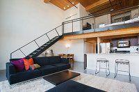 Offenes Wohnzimmer mit Theke zur Küche und Treppenaufgang zur ...