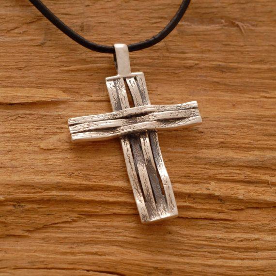 Colgante mini cruz de plata esterlina hecho a mano para hombre.