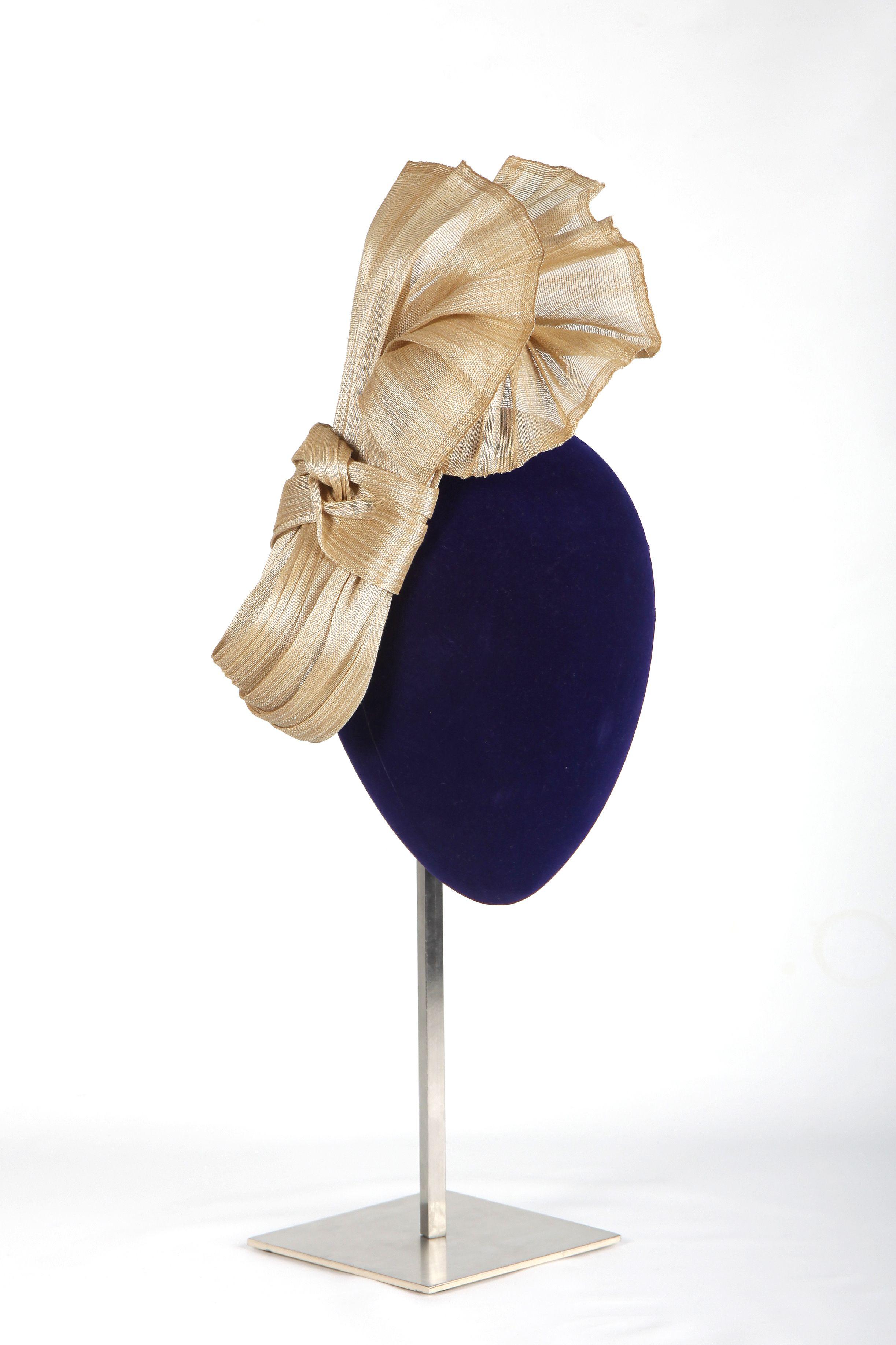 Tocado LAURA MURCIA en sinamay de seda. #dorado, #handmade, #madrina, #invitada. www.lauramurcia.es