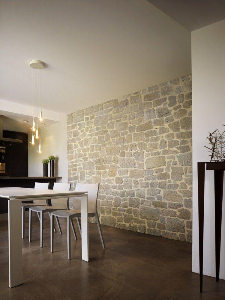 rustikale Verblendsteine und moderne weiße Esszimmermöbel - moderne esszimmermobel design ideen