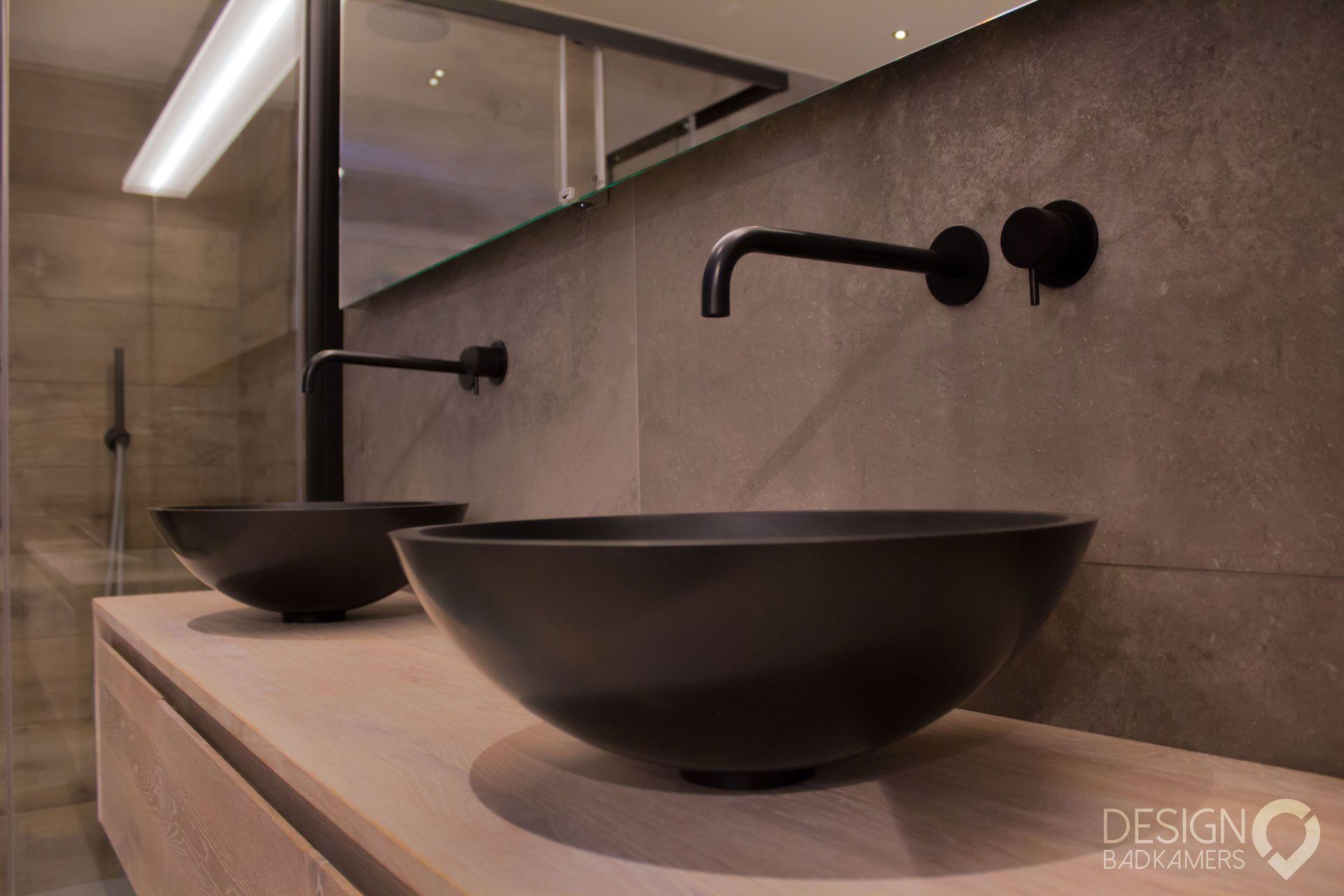 Designradiator Badkamer Zwart : Moderne maatwerk badkamer met kerlite tegels met houtlook op de