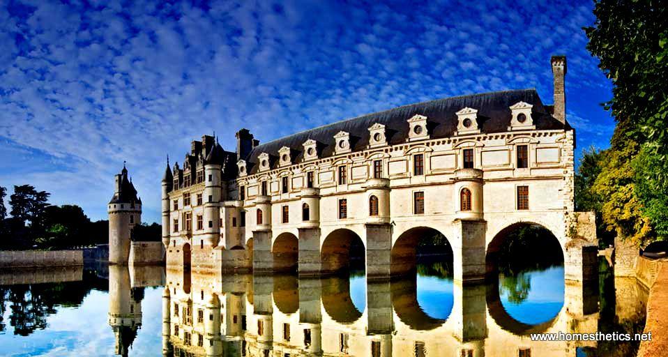 Chenonceau - Senonso , dvorac 6 zena , posed je pripadao rasipnickoj porodici Mark , koja je prodavala zemlju na parcele. Tom Boje , financijski poreznik u Normandiji kupovao je parcelu po parcelu i posle 20 godina 1512 kupio je i poslednju parcelu.Vec sledece godine polozio je temelje sjajne rezidencije. Zaokupljen duznostima i cestim putovanjima , poverio je izgradnju svojoj supruzi Katarini Brisone iz Tura.