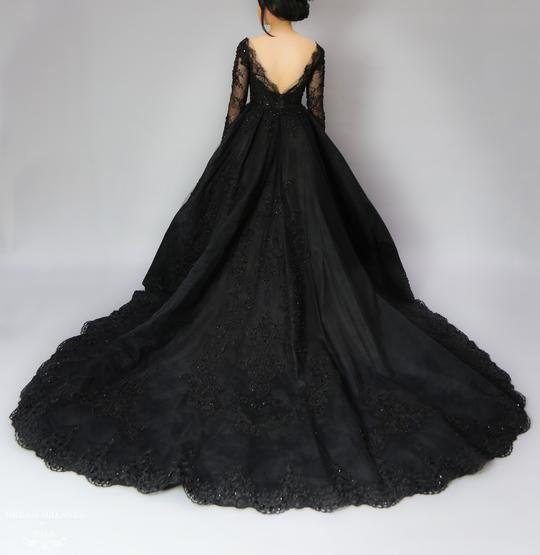 Sexy V-Ausschnitt Perlen Spitze schwarz Brautkleider lange Ärmel