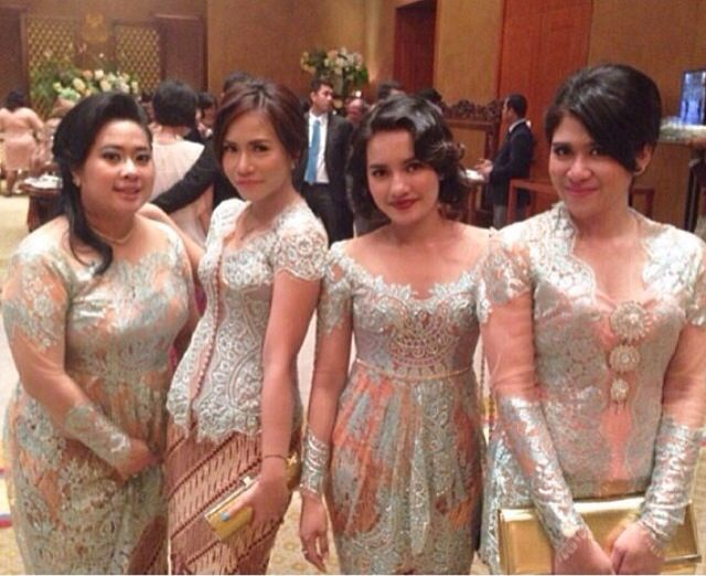 Bridesmaids in beautiful pastel green and pink kebaya