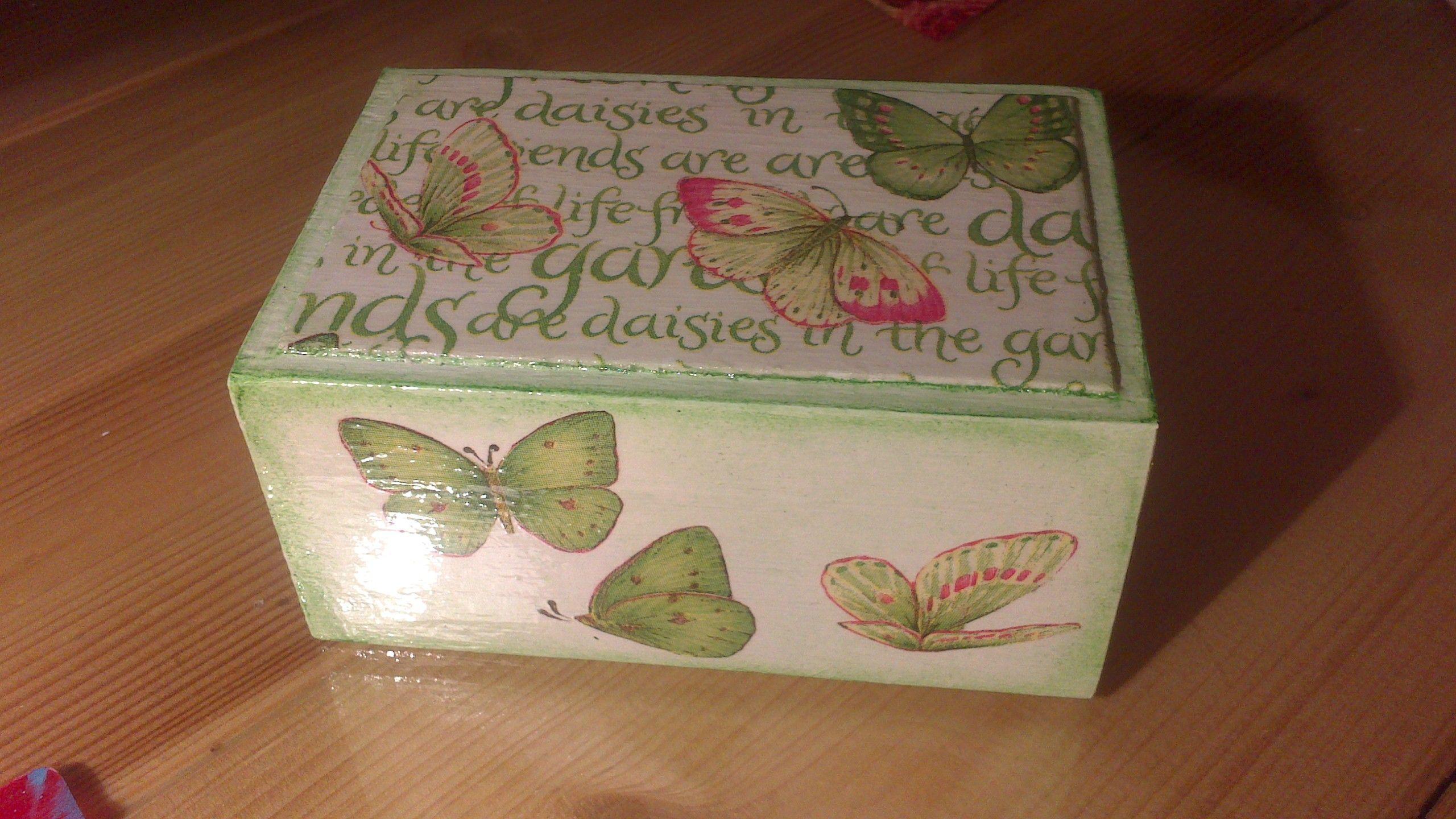 Caja de madera pintada con acr licos y con aplicaciones de - Pintar sobre madera barnizada ...
