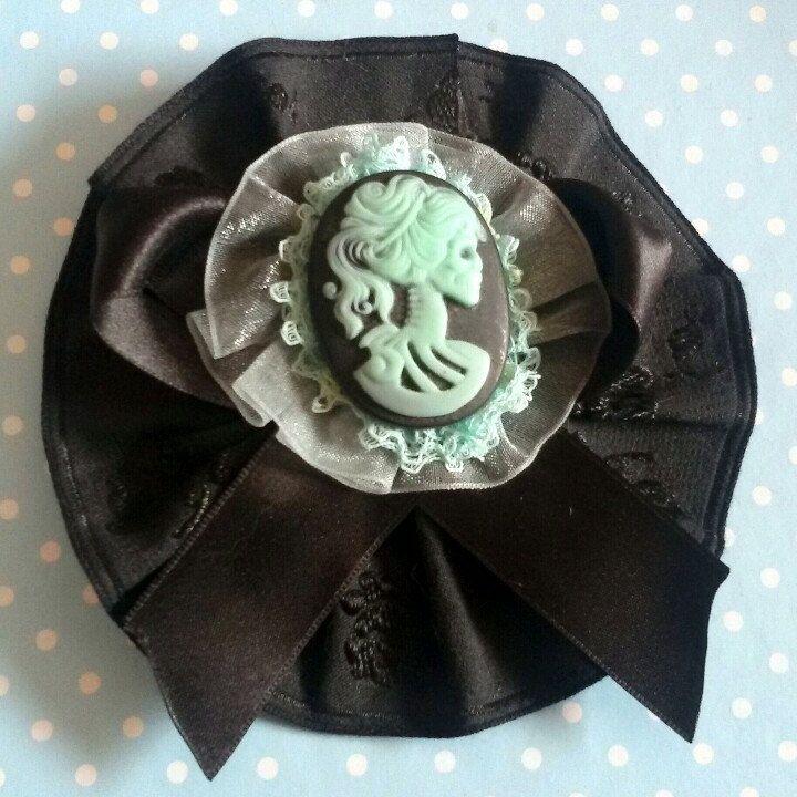 Spilla e fermaglio per capelli con cameo Lady Skull in dark gothic style