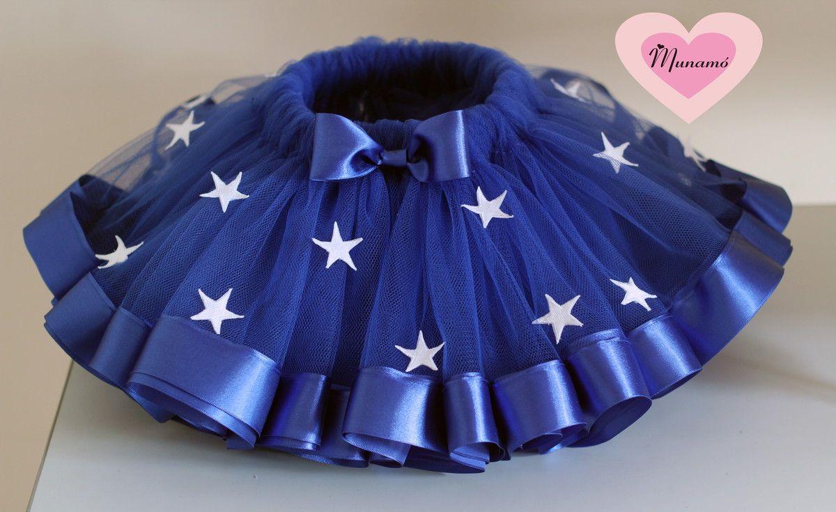 5b0afdb74a Saia feita com tule azul escuro com fitas de cetim largas na barra e  aplicação de