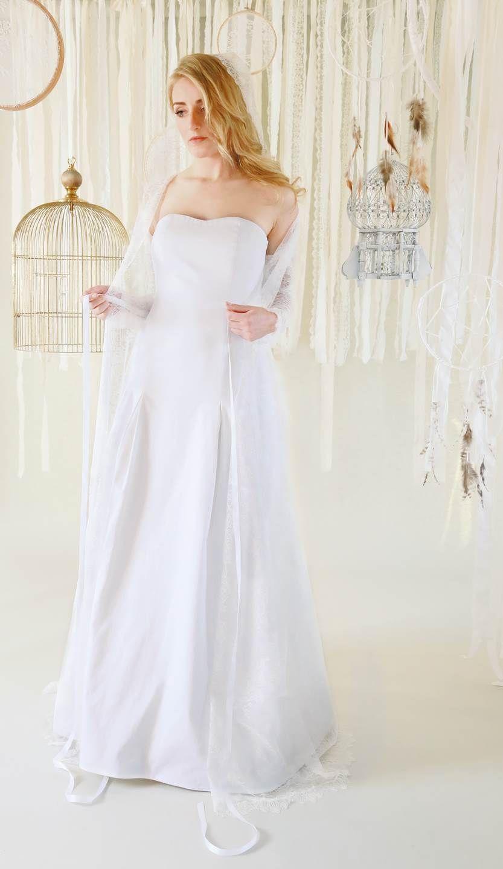 mona berg Kollektion 2017, Klarissa.  Es ist ein figurnahes Brautkleid welches Hüftbetont ist und dann erst die Rockweite durch eingelegte Kellerfalten frei gibt. Darüber haben wir unseren Spitzenmantel Malina gestylt.