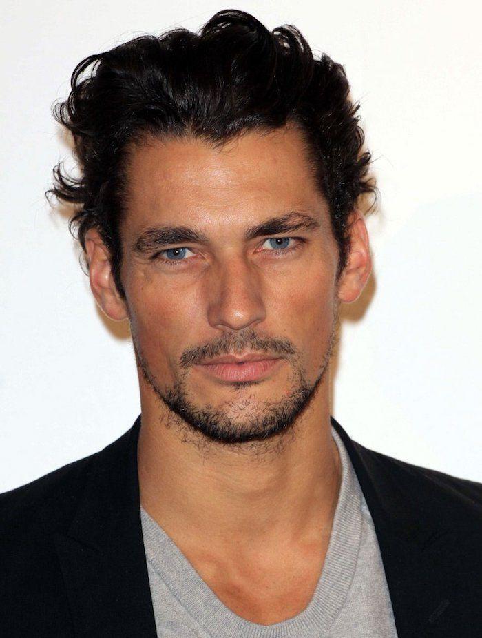 coiffure homme tendance, blazer noir et t shirt gris pour homme, barbe  noire et