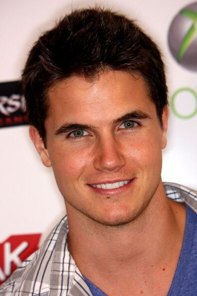 Robbie Amell!