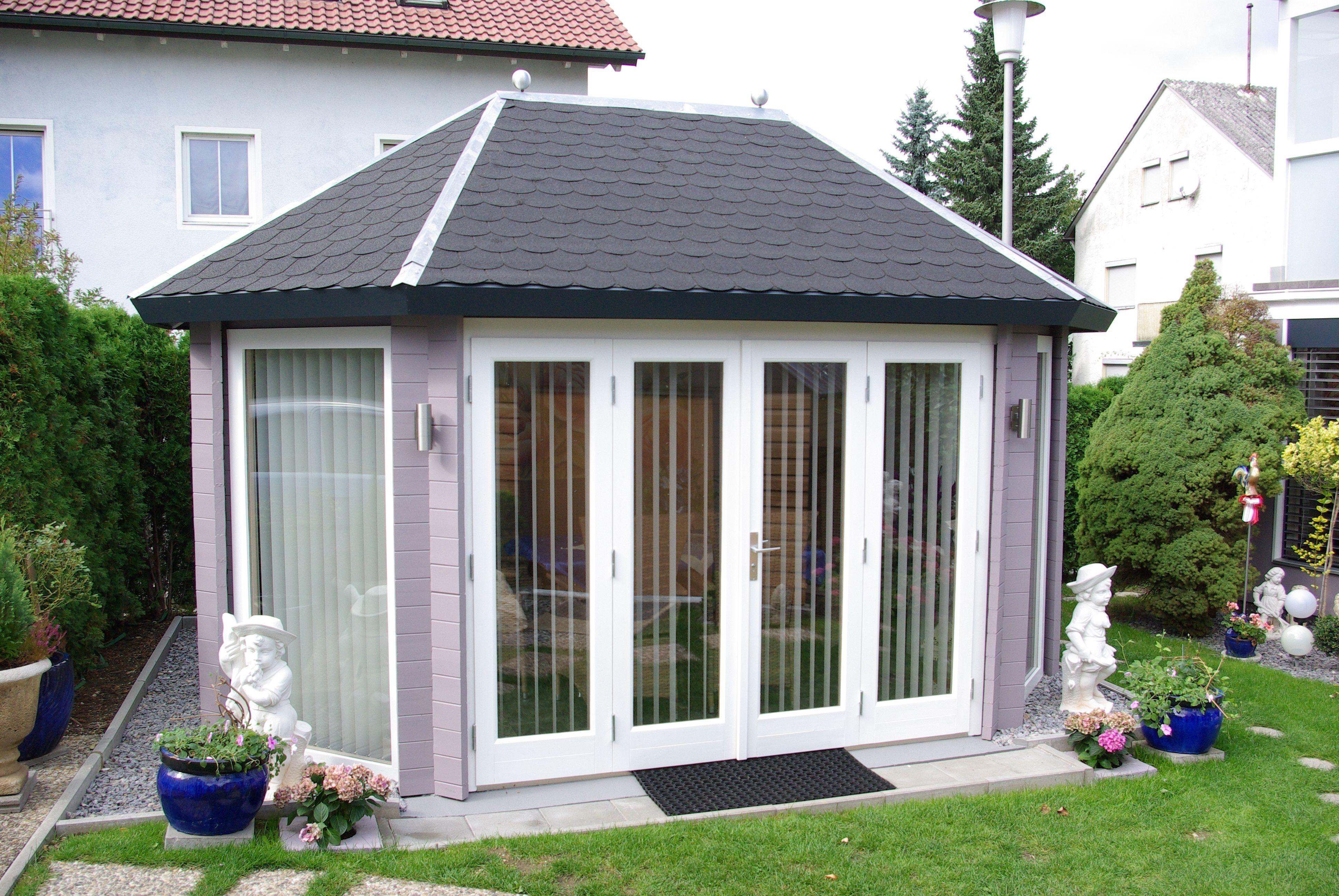 Gartenpavillon in Steingrau mit bodentiefen Fenstern. (mit