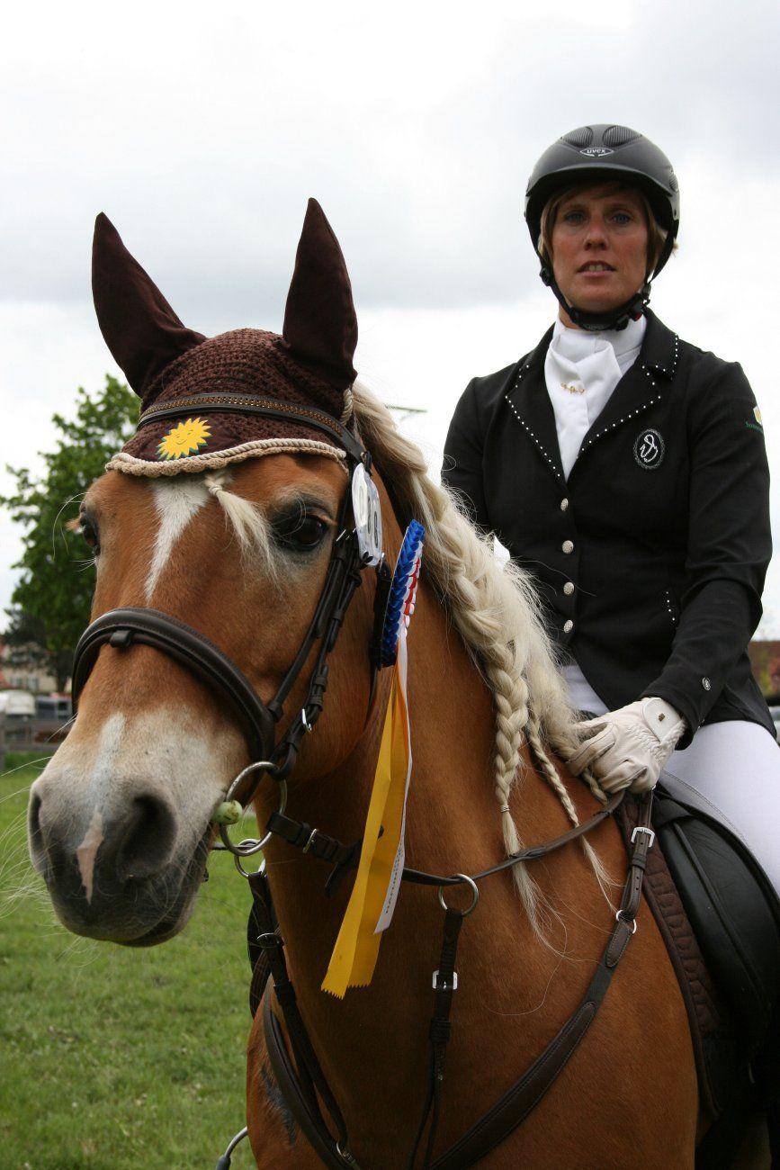 Wir gratulieren Sandra Lindner zu einem super Erfolg bei der internationalen Meisterschaft in Gunzenhausen mit der Stute Leandra vom #SonneMoor und dem Nachwuchspferd SonnenMoor´s Samurai mit insgesamt 233 Pferden aus 4 verschiedenen Ländern. Als einzige österreichische Starterin wurde sie mit Ihrem #Pferd Leander Vizechampion! mehr lesen unter: