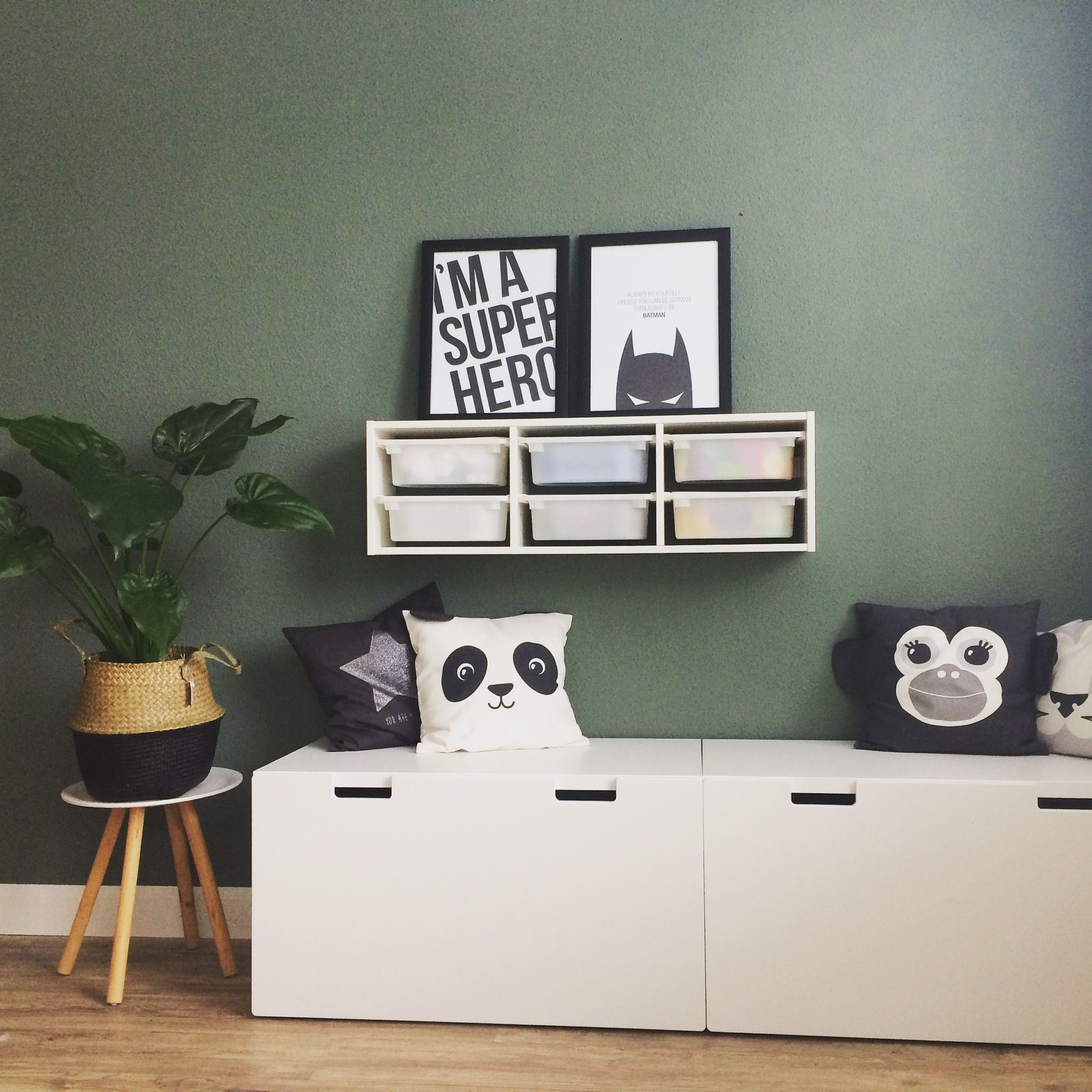 speelhoekje met ikea stuva en trofast meubels kussens van h m home muur in vt wonen army green. Black Bedroom Furniture Sets. Home Design Ideas