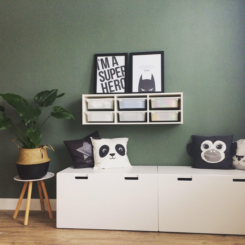 Speelhoekje met Ikea Stuva en Trofast meubels. Kussens van