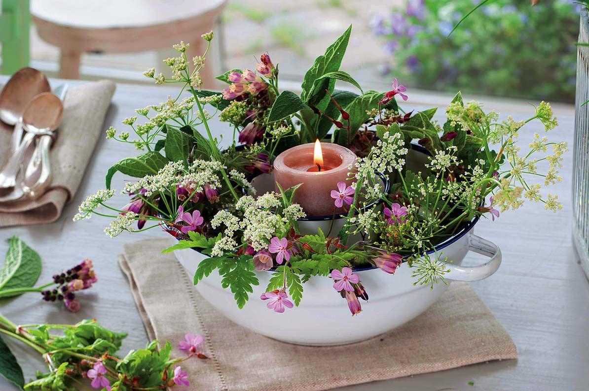 Przyjecie W Ogrodzie Lato Na Stole Dekoracje Kwietne Przyjecie Impreza Stol Dekoracje Styl Kwiaty S Flower Decorations Garden Party Table Decorations