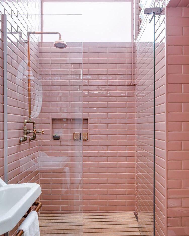 on ose le carrelage metro rose dans la salle de bains