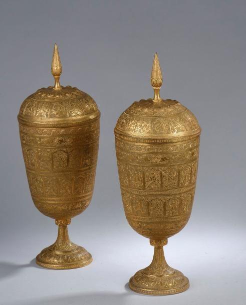 paire d 39 urnes fun raires en bronze cisel et dor d cor de divinit s et d 39 animaux. Black Bedroom Furniture Sets. Home Design Ideas