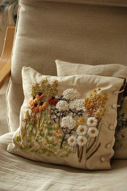 Cuscini Ricamati.Crewel Embroidery Pillow Cuscini Ricamati Ricamo Nodini E
