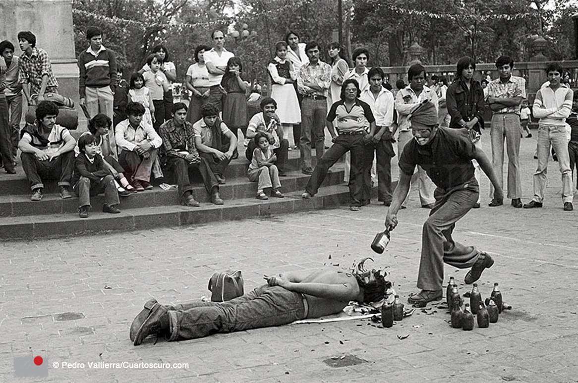 Faquires en la Alameda Central Distrito Federal.1978 © Pedro Valtierra  Más información: http://cuartoscuro.com.mx/2015/07/4060-100-fotografias-de-pedro-valtierra/[/url] Copyright © Cuartoscuro.com 2014.