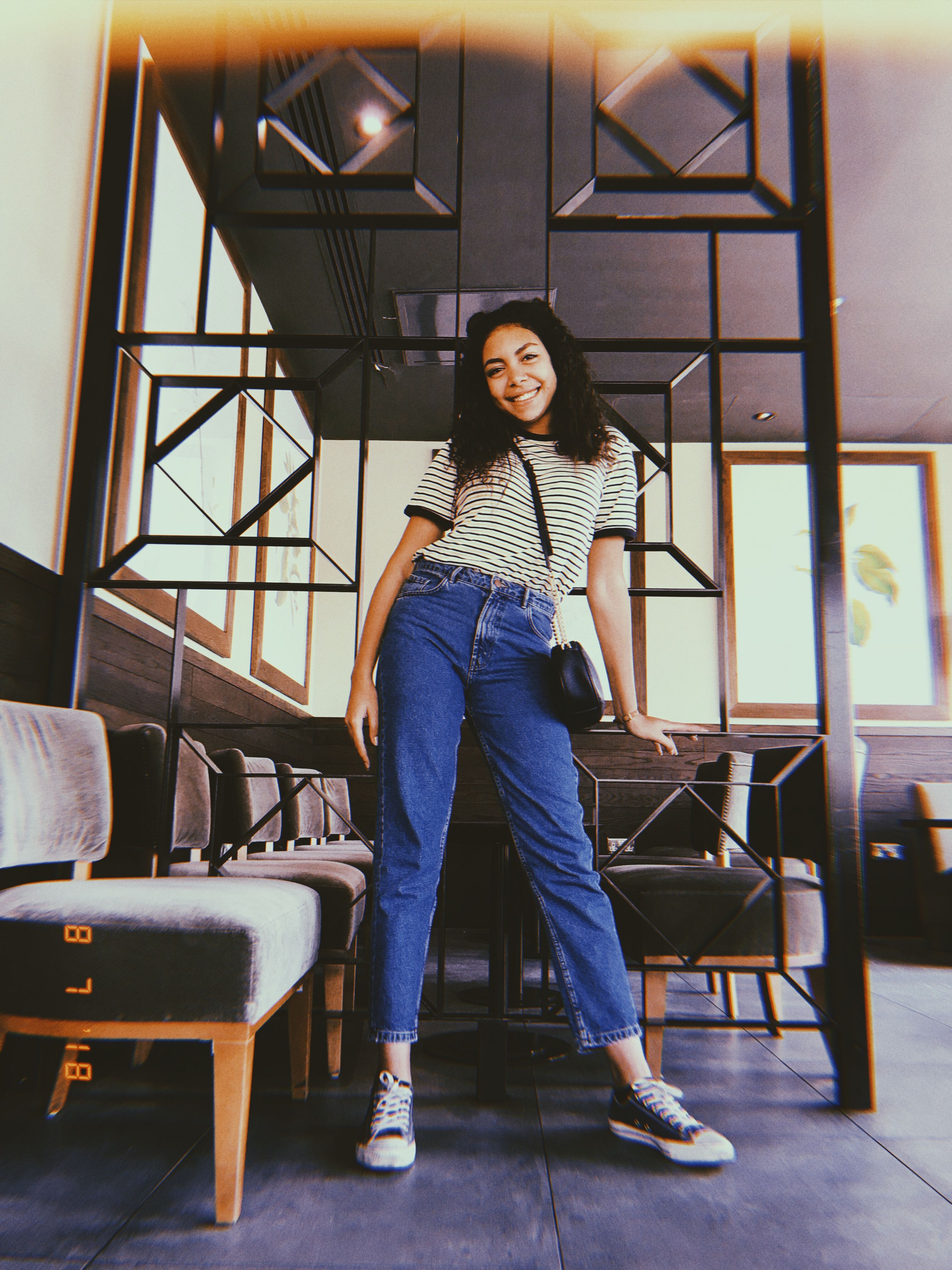 Scrunchie, mom jeans, black converse all star | Outfit