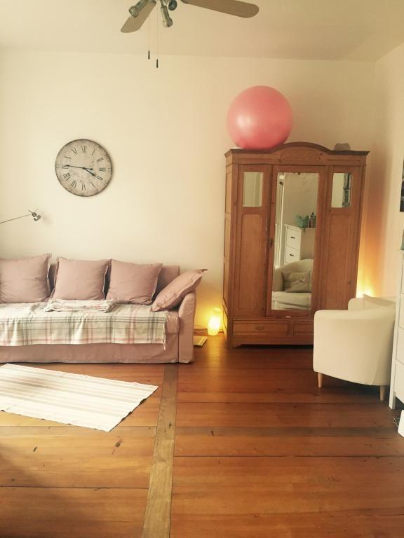 Wohnzimmereinrichtung in Altrosa Sofa und Gymnastikball in rosa - wohnzimmereinrichtung