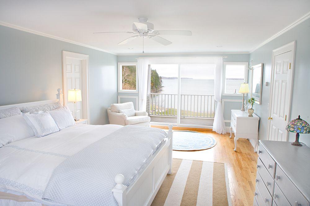Antike Möbel · Weiße Schlafzimmermöbel · Coastal Calmness White Bedroom  Decroation