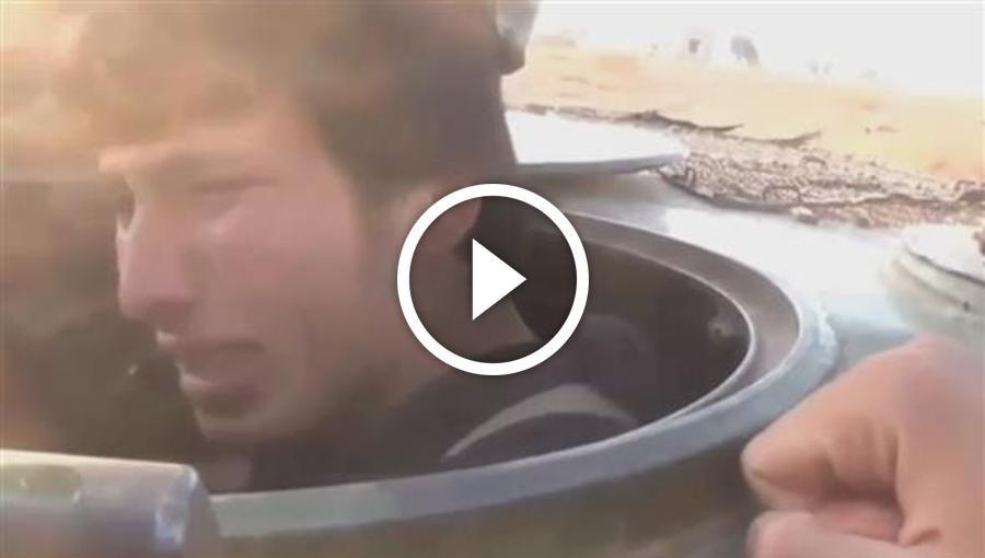 Dieses Video zeigt die Verblendung dschihadistischer Kämpfer. Ein Mann sitzt in einem Panzerwagen. Er weint. Aber nicht, weil er sich gleich in die Luft sprengen soll. Er hat eine ganz andere Angst.