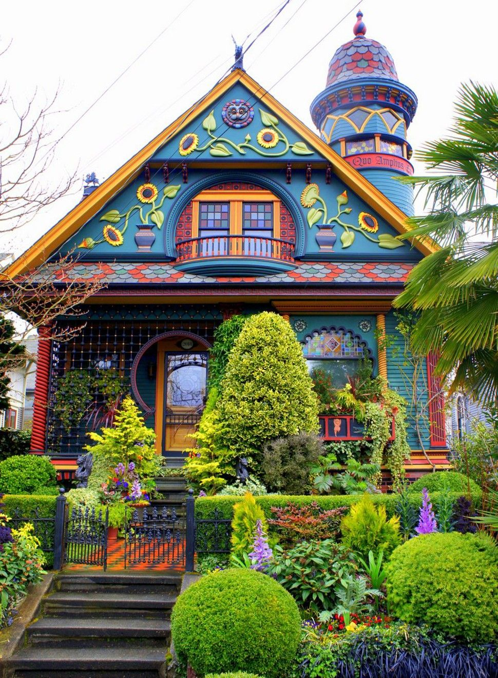 This House Is In Seattle Wa And Its Owned By A Psychiatrist Who Sees His Patients Onsite Victorian Homes Queen Anne House House Colors