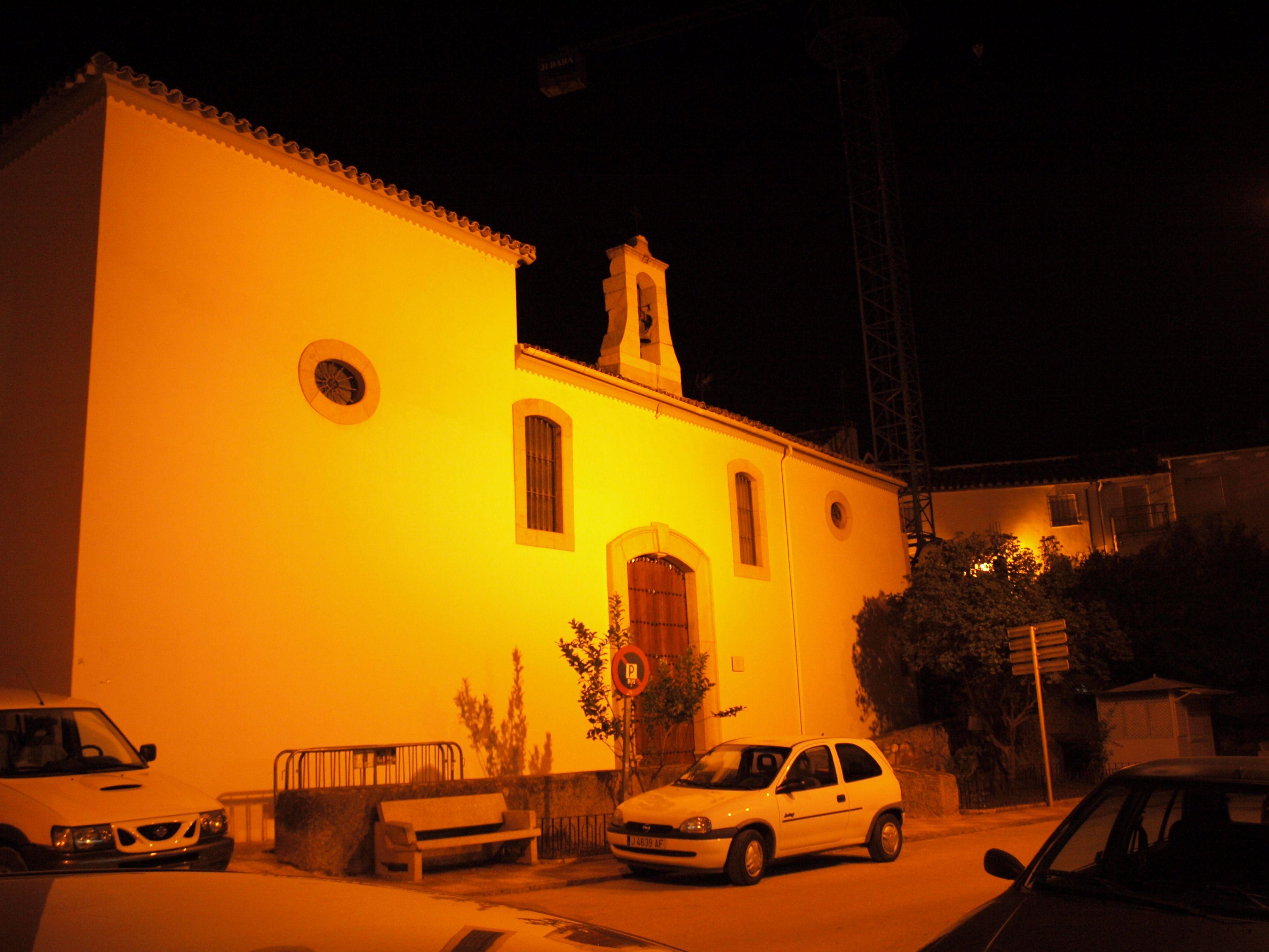 fotografía nocturna de la fachada de la Ermita de San Miguel en Martos