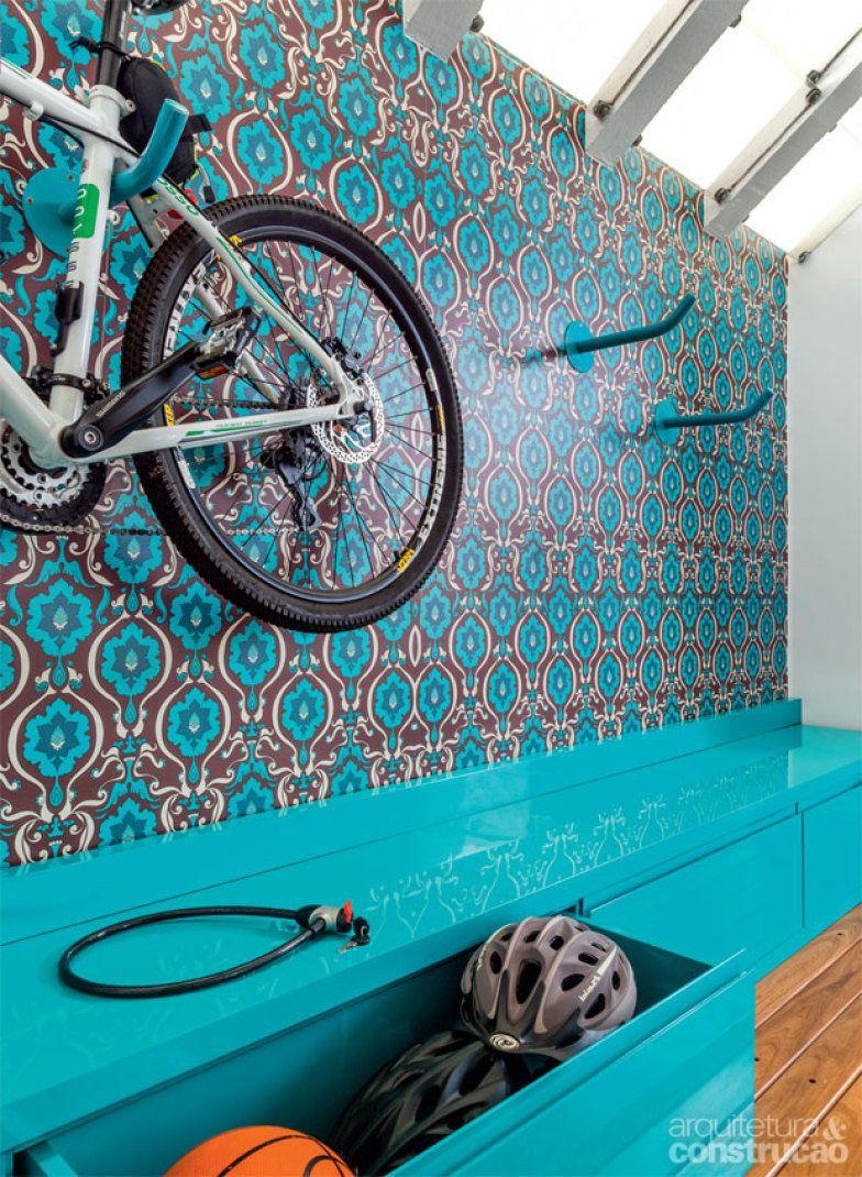 Pintados de azul, os ganchos de aço, onde se apóiam as bicicletas, se camufam no desenho do fundo. Cada um aguenta até 50 kg. Nada de bagunça à vista: os equipamentos ficam nos gavetões (40 cm de profundidade). Juntos, os quatro compartimentos alcançam 3,50 m de comprimento.