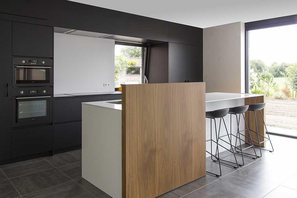 strakke open keuken in structuurlak en notelaarfineer