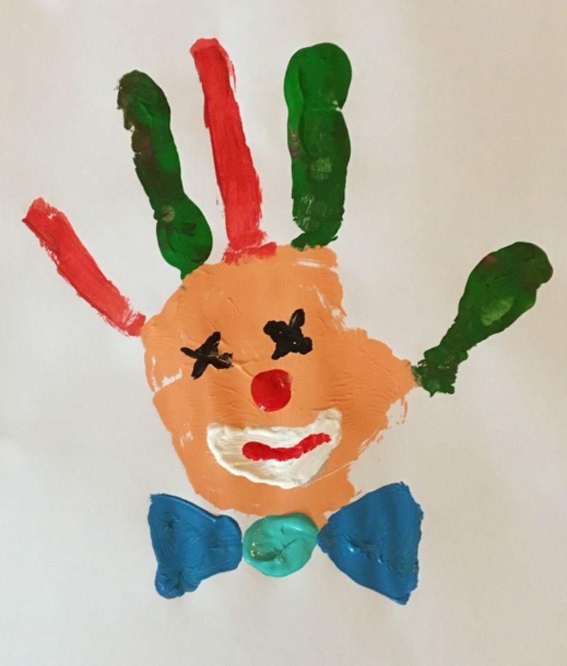 Handabdruck Bilder: Ein kleiner Faschingsclown mit Kindern gemalt