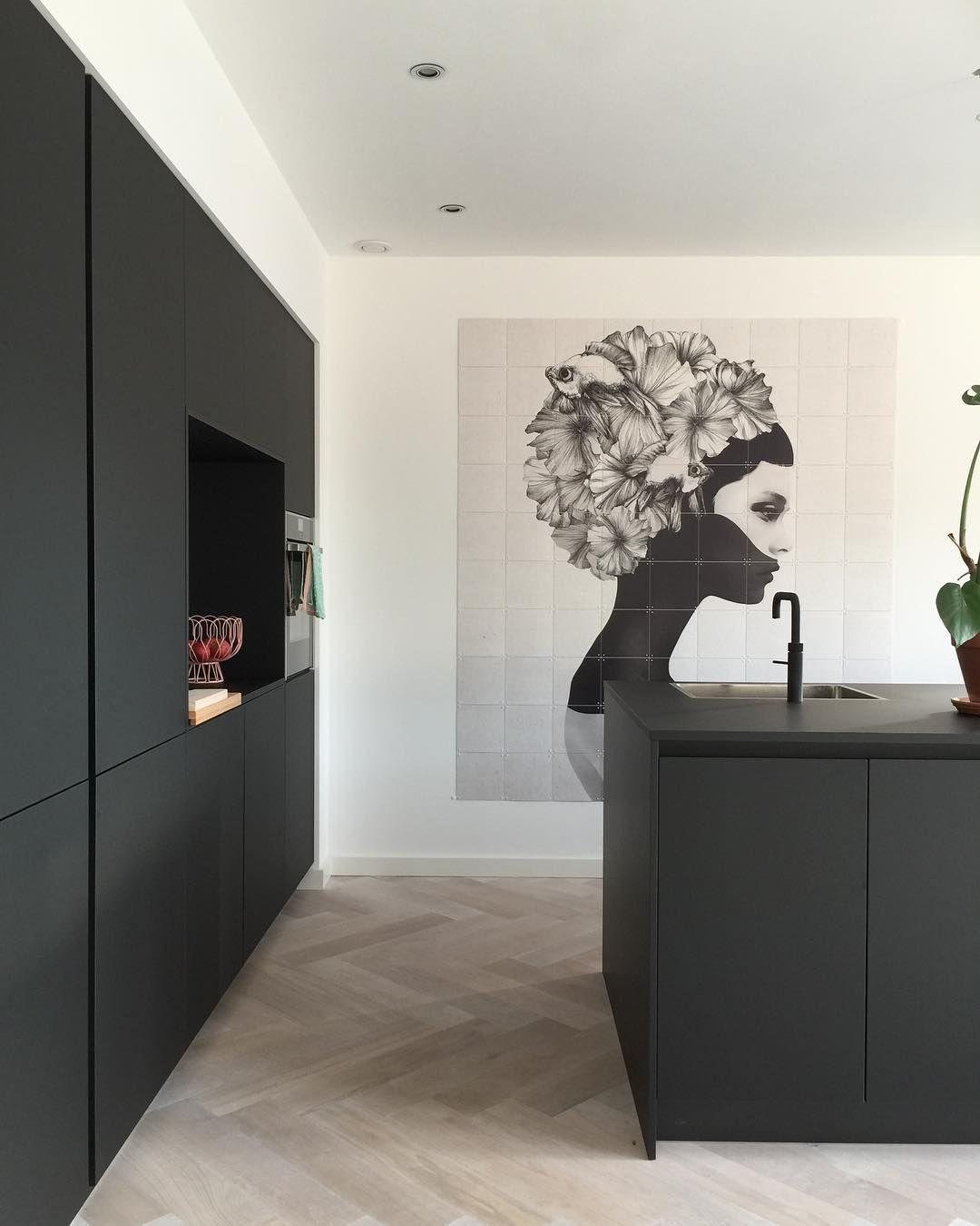 Wow Carolien Maakt Een Statement Met Deze Ixxi In Haar Moderne Zwarte Keuken Rustiek Keuken Ontwerp Thuisdecoratie Binnenhuisarchitect