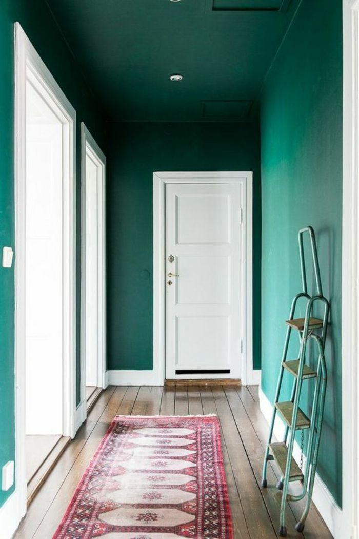 deco couloir peinture bleu canard portes blanches tapis rectangulaire en rose et blanc pos