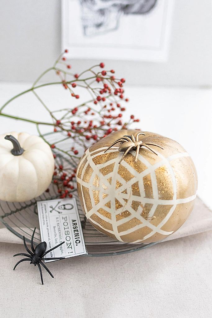 Halloween-Deko: Kürbis mit Spinnennetz verzieren #spinnennetzbasteln Halloween-Deko: Kürbis mit Spinnennetz verzieren – Sinnenrausch - Der kreative DIY Blog für Wohnsinnige und Selbermacher #spinnennetzbasteln