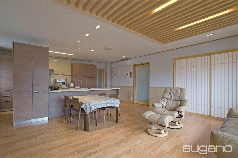 2階に配置した25帖のldk ほぼ正方形の部屋に キッチンと収納庫
