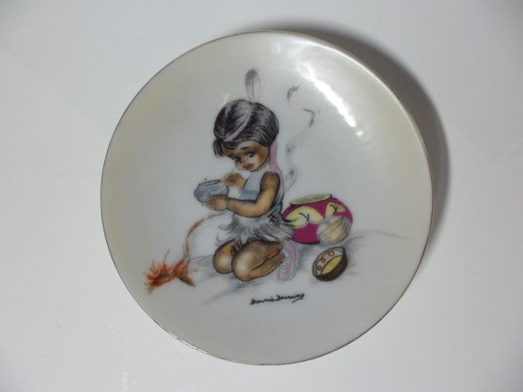 "Painted plate : 브라우니 다우닝(Brownie Downing, 1924-1995) ""팅카와 친구들(Tinka and His Friends)"" c.1950s  브라우니 다우닝 (Viola Edith Brownie Downing, 1924-1995) : 1924년 호주 시드니 맨리(Born in Manly, Sydney in Australia)에서 출생 1995년 71세로 사망  http://blog.naver.com/antiqueabc/40182989129"