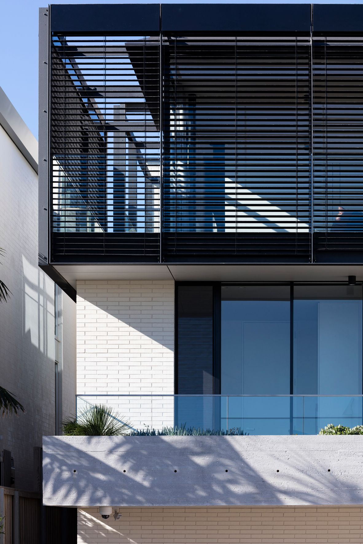 House At Ben Buckler Is A New Single Residential Dwelling Atop The Sea Cliffs Of Ben Buckler Point Overlooks Th Modern House Exterior House Architecture House