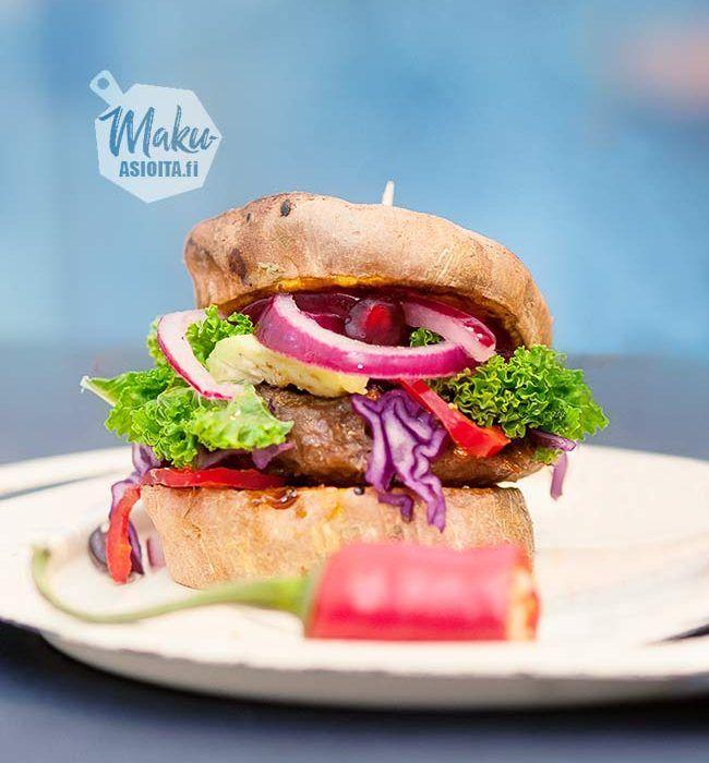 Bataattiburger. Tämän burgerin maustaa iki-ihana punasipulisalaatti ja tietenkin punakaali. Jos punakaalia ei ole saatavilla, käytä palsternakkaa tai porkkanaa.