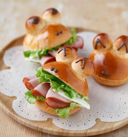 Frog Shaped Buns http://www.handimania.com/cooking/frog-shaped-buns.html