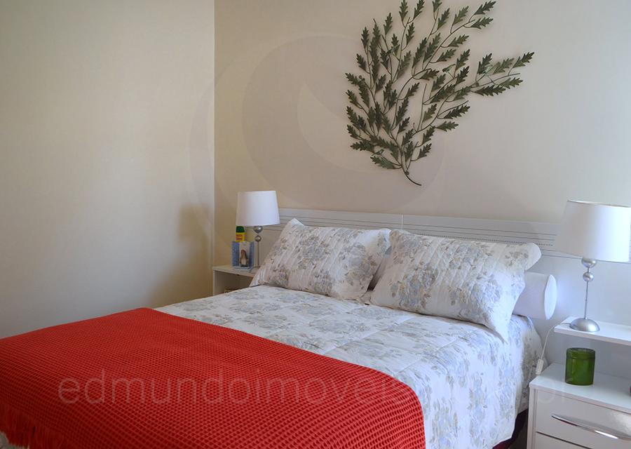 Decorado com um delicado enxoval floral, o dormitório é aconchegante e agradável.