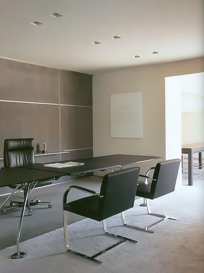 Home office com mesa retangular preta