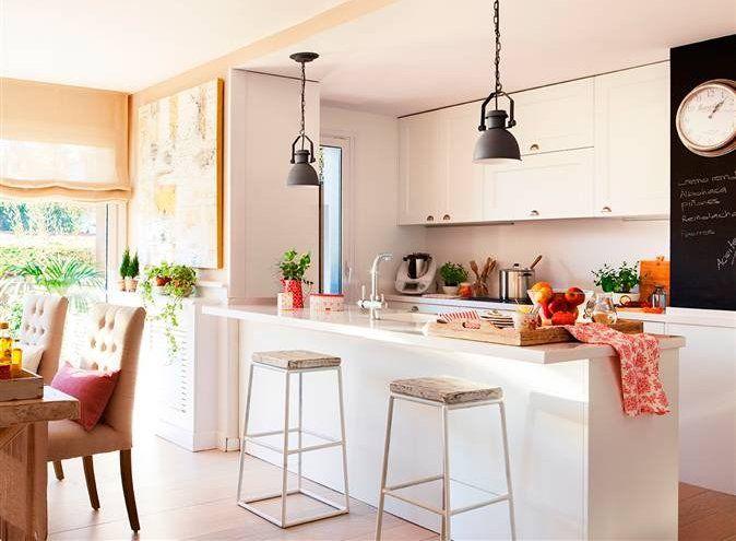 Cocina abierta con península alargada en blanco, con taburetes y ...