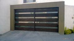 Puerta de cochera contemporánea de herrería con barrotes horizontales y vidrio