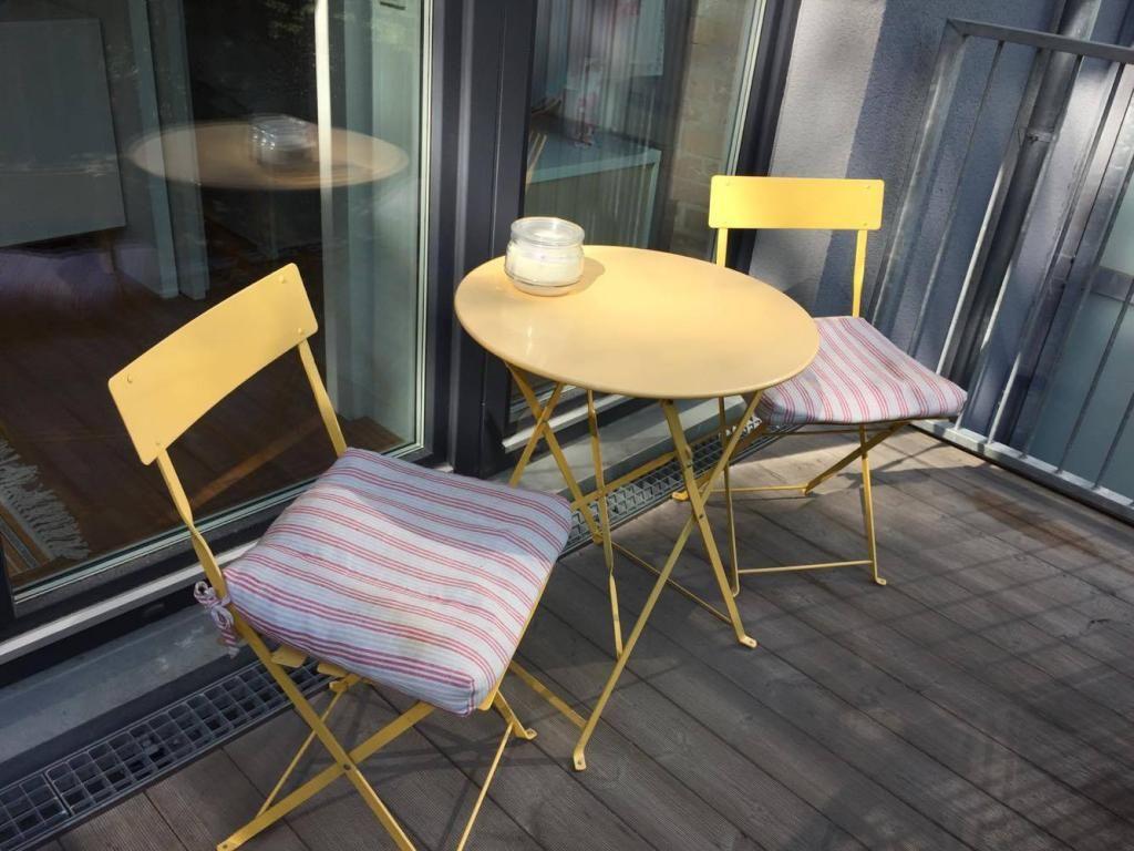 Gemütlich Kleiner Küchentisch Zwei Stühle Bilder - Küchenschrank ...