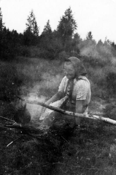 Korvikkeen keittoa niittypalstalla Paltamossa, 1943