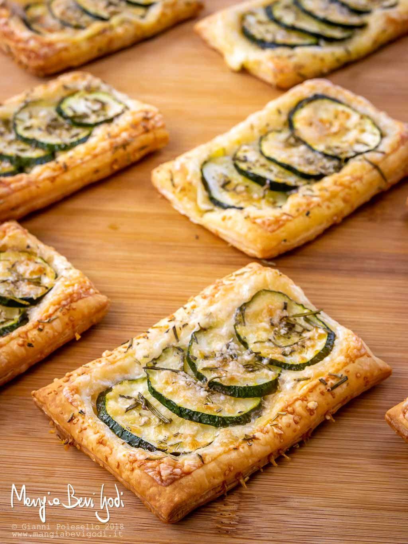 Rettangoli di pasta sfoglia con zucchine formaggio e for Pasta ricette